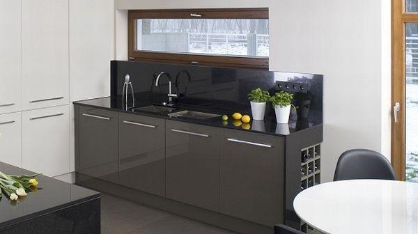 Zaplanować okno w kuchni, a pod nim szafki kuchenne, blat i zlewozmywak