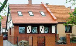 Dom bliźniak z elewacją z klinkieru i muru pruskiego