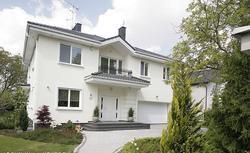 Wybór bramy garażowej: jaką bramę kupić, by pasowała do architektury Twojego domu?
