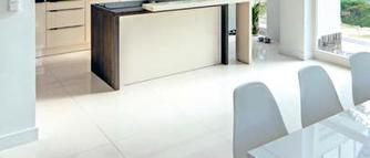 Jasna podłoga z płytek ceramicznych. Jak wybrać płytki podłogowe?