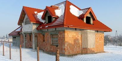 Budowa domu zimą. Jak prowadzić prace budowlane w ujemnych temperaturach?
