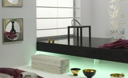 Sypialnia minimalistyczna w kolorze białym i czarnym: aranżacja sypialni w stylu orientalnym