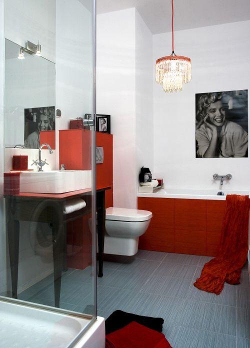 Niebieska podłoga w biało-czerwonej łazience