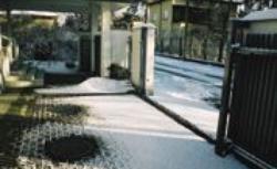 Sposób na zamarzającą szynę bramy wjazdowej